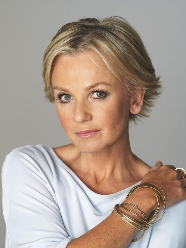 Lisa Maxwell's curled under crop